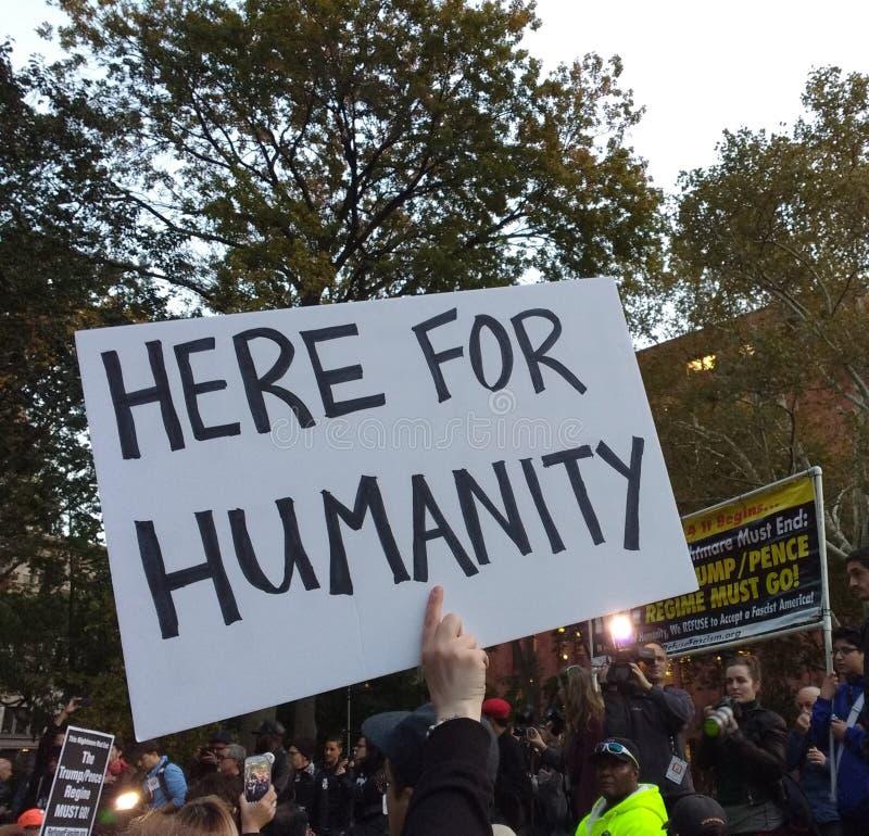 Оператор новостей на политическом митинге, здесь для гуманности, парк квадрата Вашингтона, NYC, NY, США стоковое фото rf