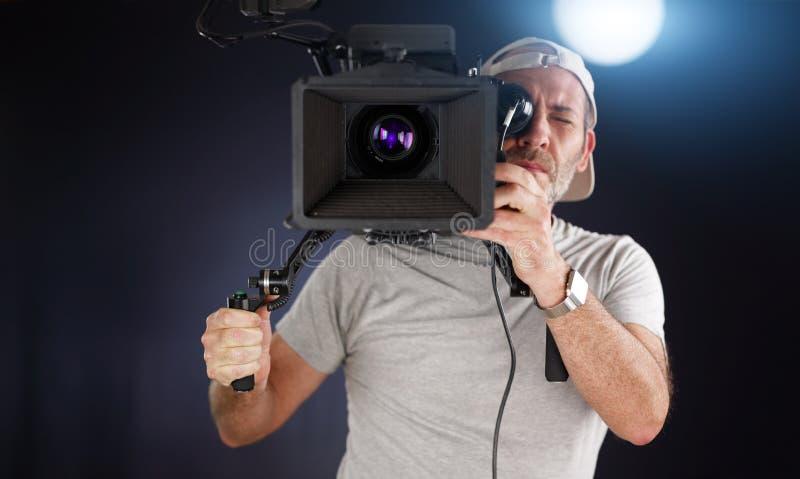 Оператор работая с камерой кино стоковые фотографии rf