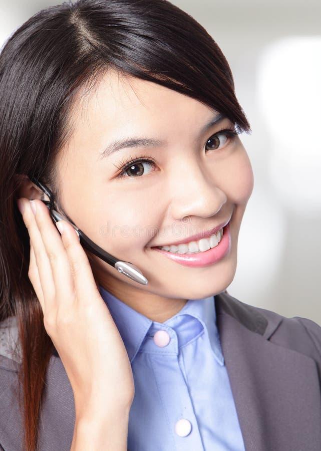 Оператор работы с клиентом женщины с шлемофоном стоковые изображения rf