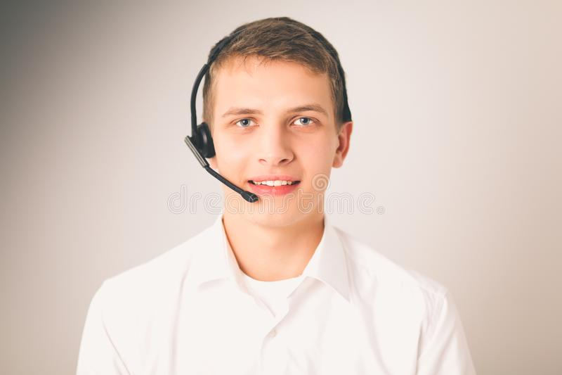 Оператор работы с клиентом с шлемофоном на белой предпосылке стоковые фотографии rf