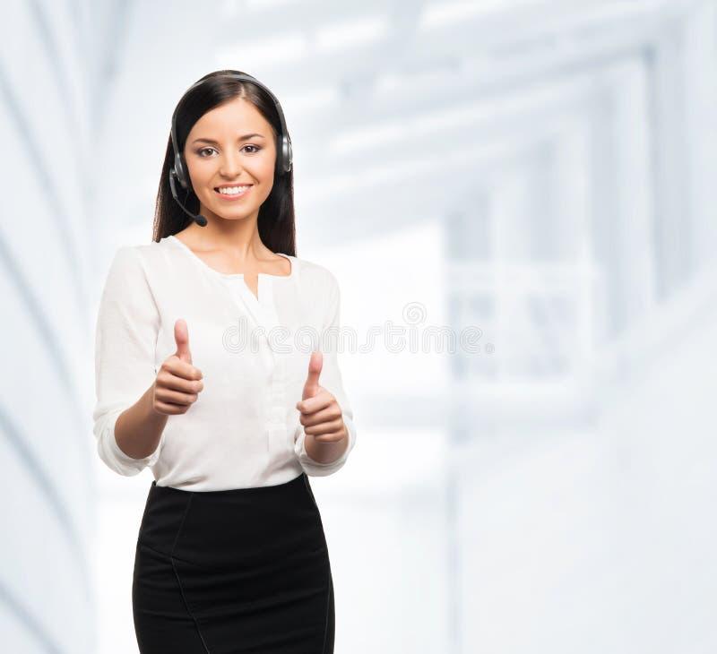 Оператор работы с клиентом держа большие пальцы руки вверх стоковые фото