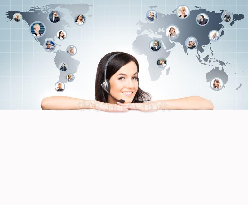Оператор работы с клиентом работая в офисе центра телефонного обслуживания Globa стоковая фотография rf