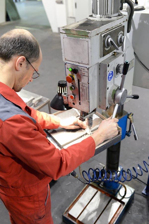 Оператор сверля машины в industrieal компании стоковое изображение