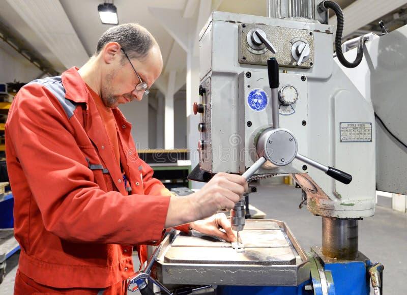 Оператор сверля машины в industrieal компании стоковые изображения rf