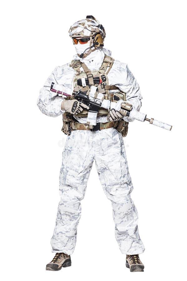 Оператор сил специального назначения в одеждах camo зимы стоковое фото rf
