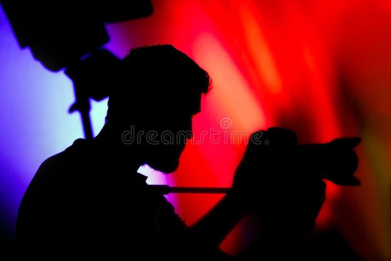 Оператор, силуэт человека с видеокамерой стоковое изображение rf