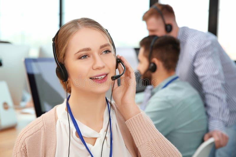 Оператор службы технической поддержки с коллегами внутри стоковое фото rf