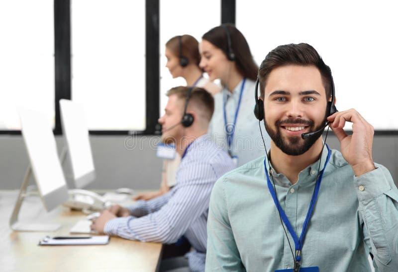 Оператор службы технической поддержки с коллегами стоковое фото rf