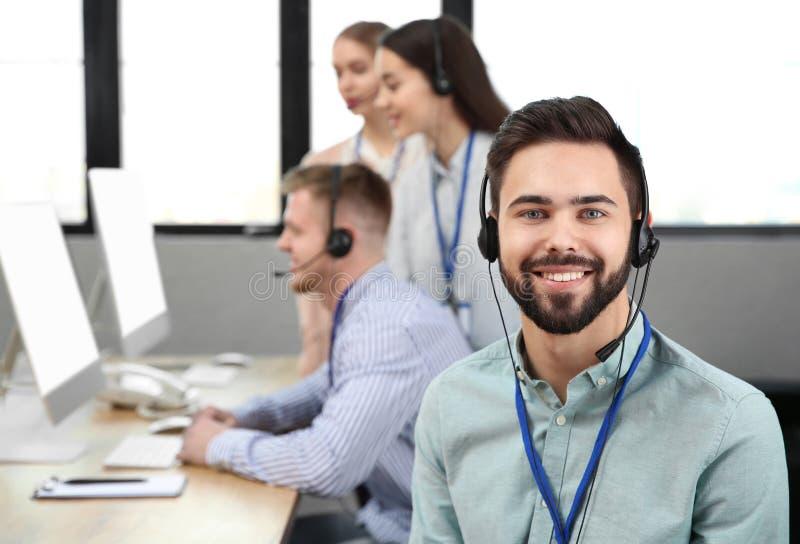 Оператор службы технической поддержки с коллегами стоковая фотография