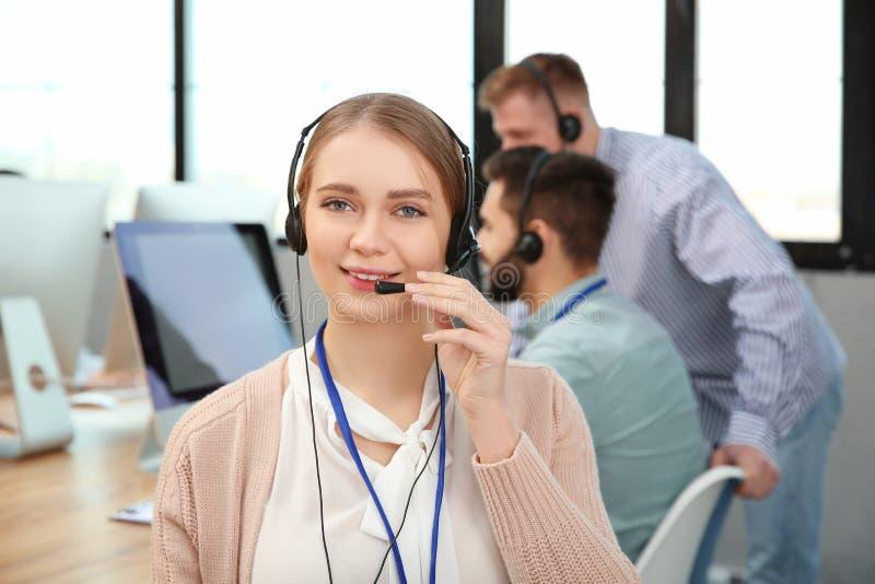 Оператор службы технической поддержки с коллегами стоковое фото