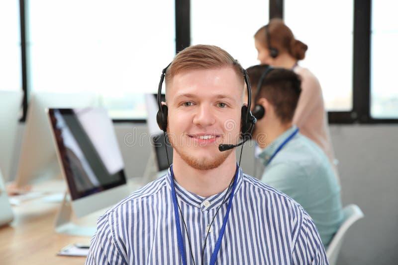 Оператор службы технической поддержки с коллегами стоковые фотографии rf