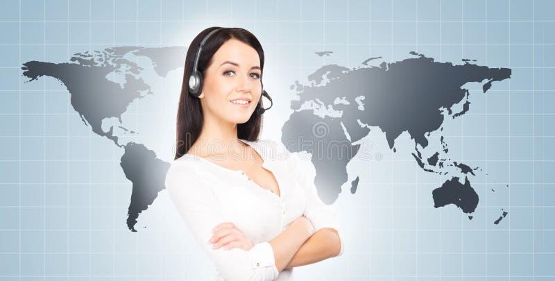 Оператор центра телефонного обслуживания работая в офисе горячей линии Клиент supp стоковое изображение rf