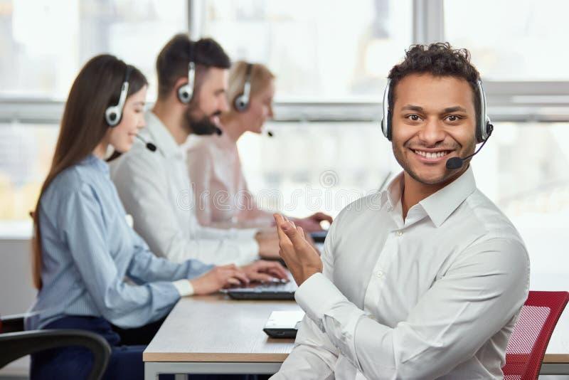 Оператор центра телефонного обслуживания указывая на его коллег стоковые изображения rf