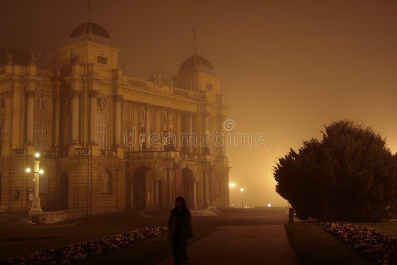 опера тумана здания стоковая фотография