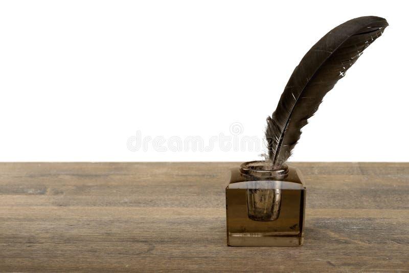 Оперитесь ручка quill и чернильница стекла изолированные на a стоковое фото rf