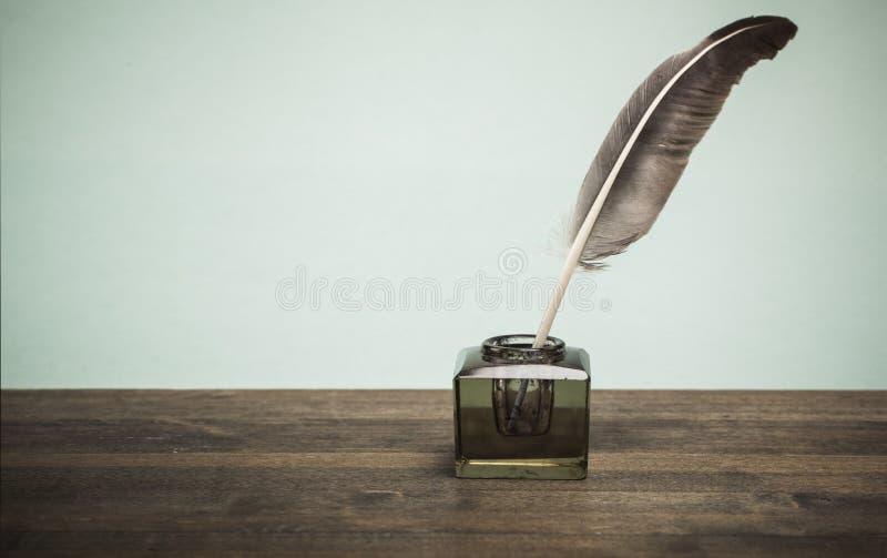 Оперитесь ручка quill и чернильница стекла на библиотеке стоковые фотографии rf