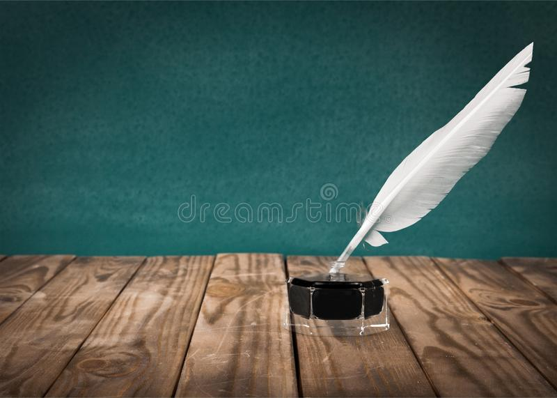 Оперитесь ручка quill и чернильница стекла на деревянном стоковое изображение