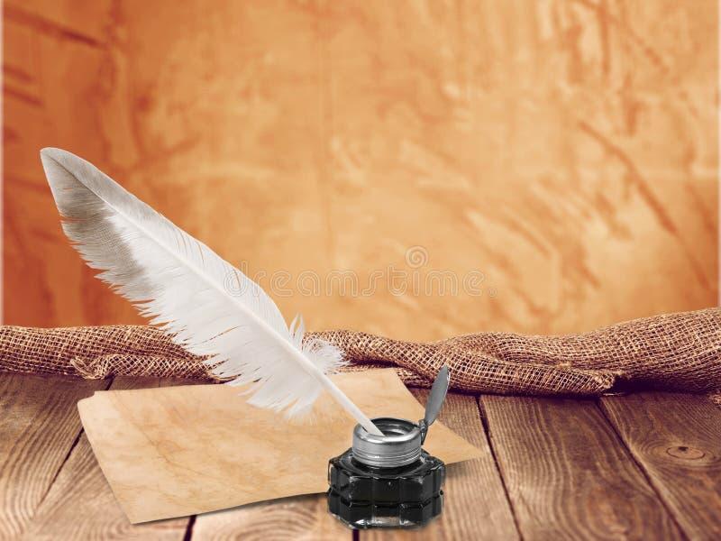 Оперитесь ручка quill и чернильница стекла на деревянном стоковая фотография rf