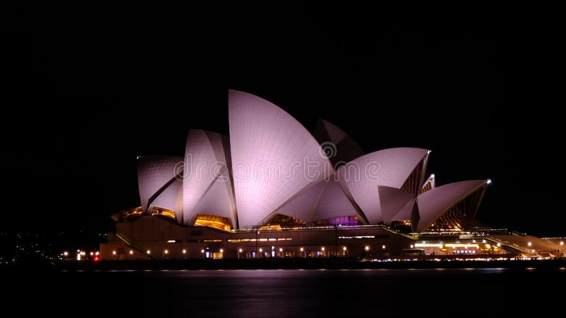 Оперный театр вечером в Сиднее стоковые фотографии rf