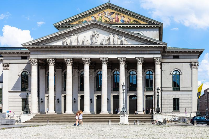 Оперный театр на Макс-Иосиф-Platz в Мюнхене стоковое фото rf