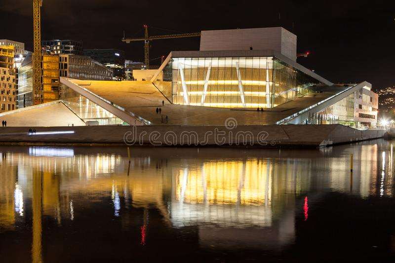 Оперный театр Осло на ноче стоковое изображение