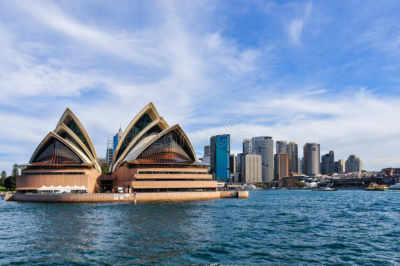 Оперный театр от мужественного парома в Сиднее, Австралии стоковые фотографии rf