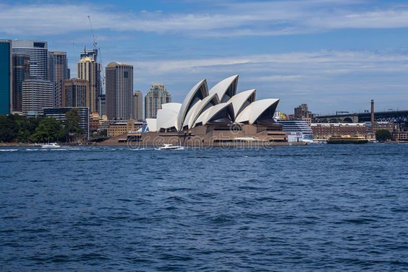 Оперный театр Сиднея в красивом дне стоковые фотографии rf