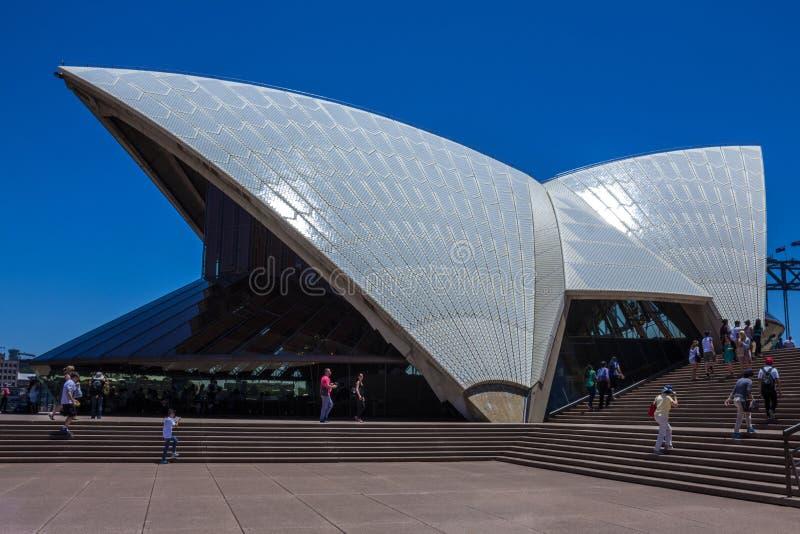 Оперный театр Сиднея в солнечном дне стоковые фотографии rf