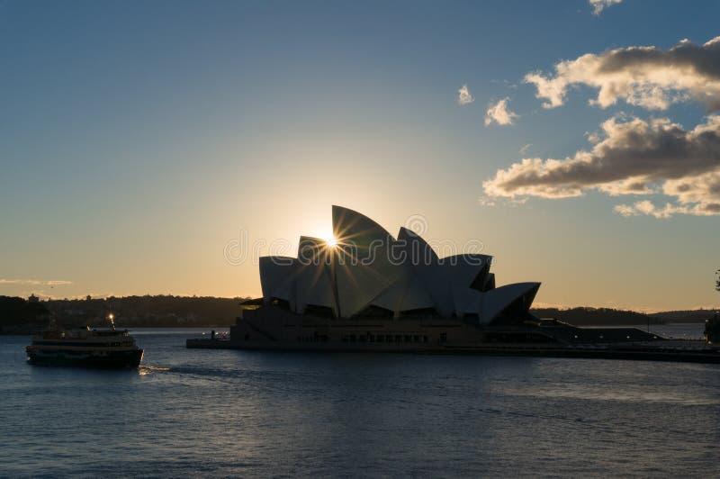 Оперный театр Сиднея на восходе солнца со звездой солнца стоковая фотография rf