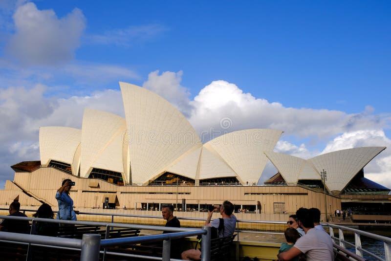 Оперный театр Сиднея, свет захода солнца и темные облака, Австралия стоковые фото