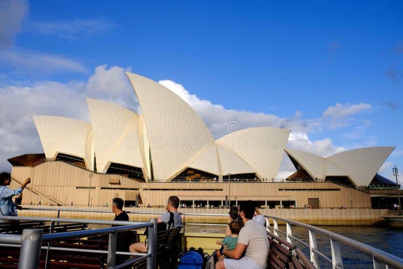 Оперный театр Сиднея, свет захода солнца и темные облака, Австралия стоковая фотография
