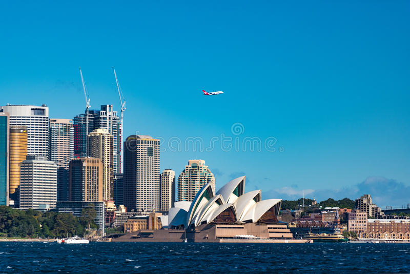Оперный театр Сиднея и центральный финансовый район с pla Qantas стоковые изображения rf