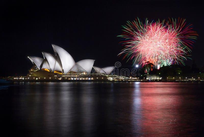 Оперный театр Сиднея с фейерверками стоковая фотография rf