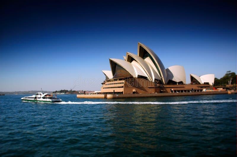 Оперный театр Сиднея тяжело поляризовывали и фокус переноса наклона для того чтобы создать узкую глубину поля стоковая фотография rf