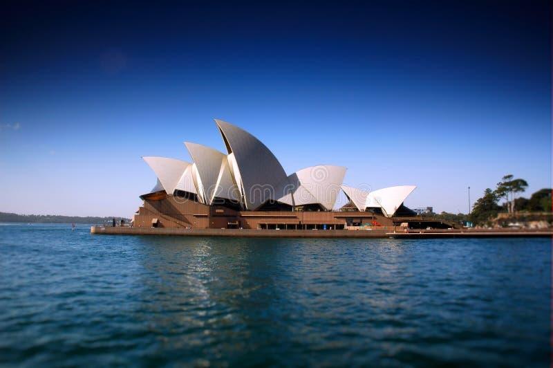 Оперный театр Сиднея тяжело поляризовывали и фокус переноса наклона для того чтобы создать узкую глубину поля стоковая фотография