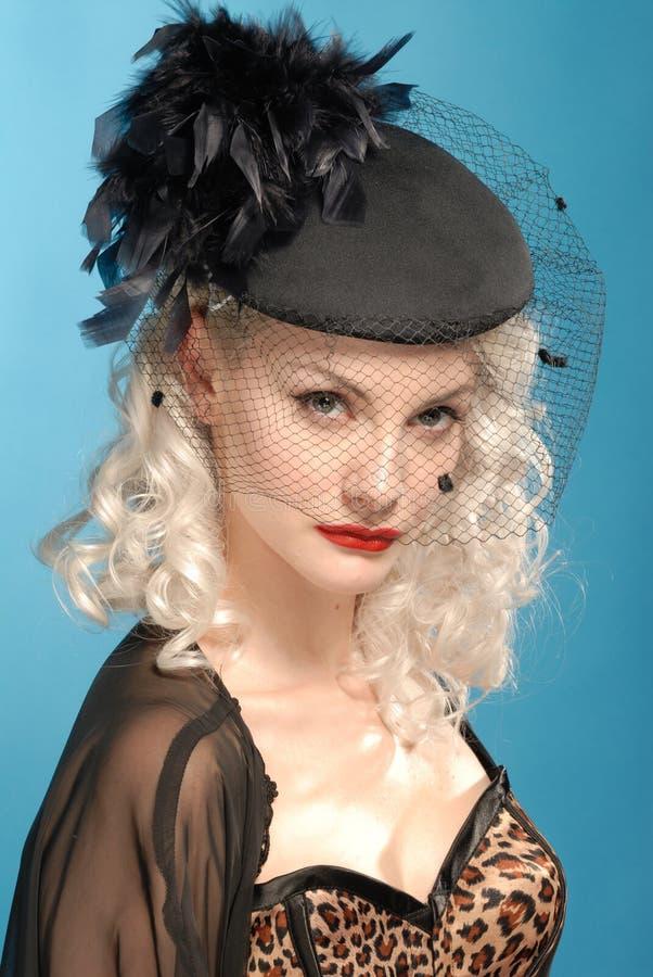 оперяет шлем девушки forties шикарный ретро стоковое фото