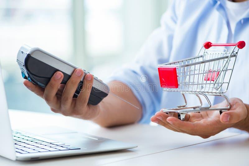 Оплачивать для онлайн приобретения с кредитом на pos стоковые фотографии rf
