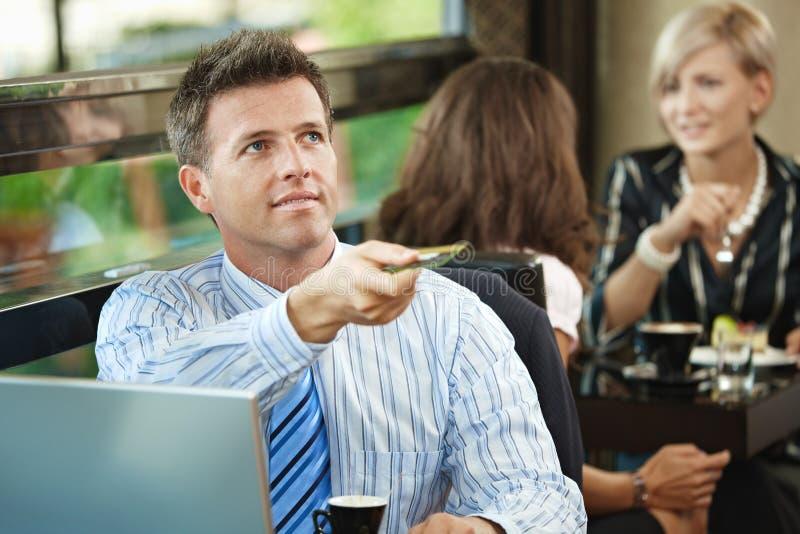 оплачивать кафа бизнесмена стоковое фото rf
