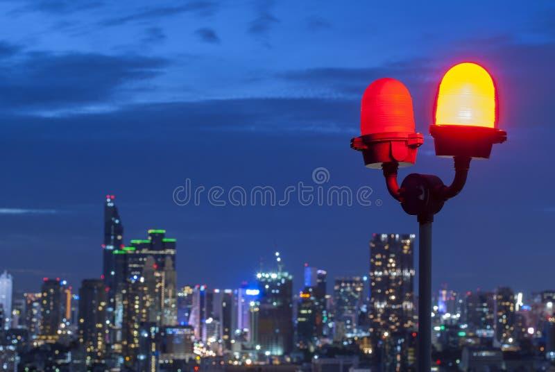 Оповещение о самолетах освещает на здании highrise в Бангкоке, Таиланде стоковые изображения rf
