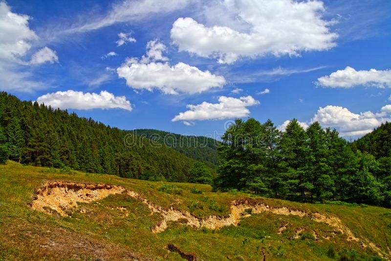 Оползень и эрозия почвы на горе лета стоковое фото rf