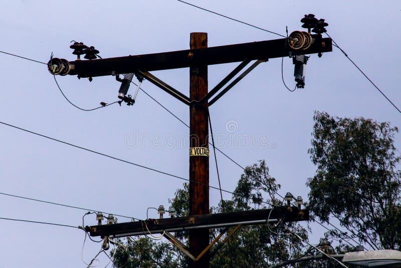 Опора линии электропередач с линиями электропередач стоковое изображение