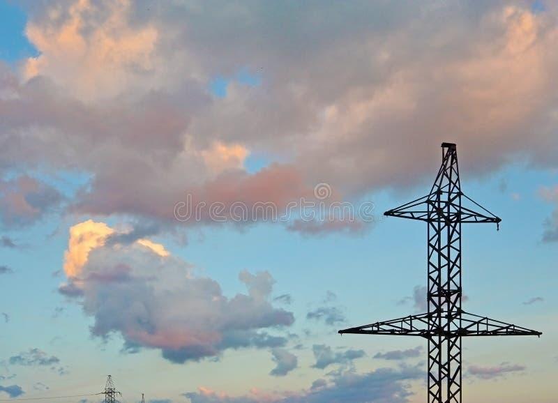 Опора электричества - башня передачи линии электропередач захода солнца стоковое фото rf