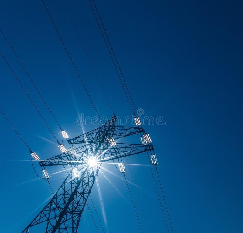 Опора электричества против света стоковое фото rf