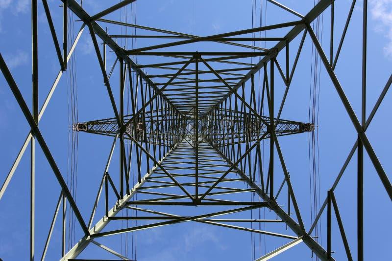 Опора электричества снизу стоковая фотография rf