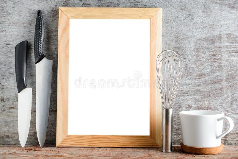 Опорожните аксессуары деревянной рамки и кухни на деревянном столе Ла стоковые изображения rf