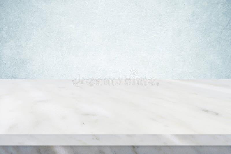 Опорожните белую мраморную таблицу над зеленой предпосылкой стены цемента, bann стоковая фотография rf