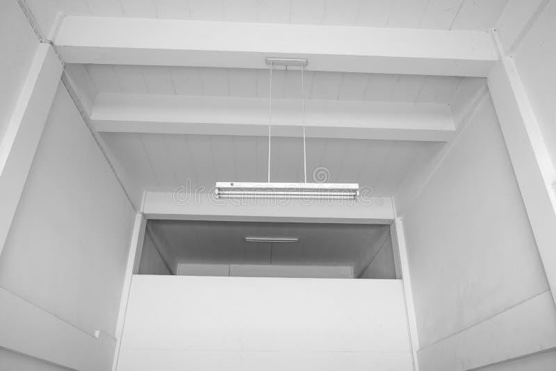 Опорожните белую комнату с белой стеной, белым потолком с лампами стоковое изображение rf