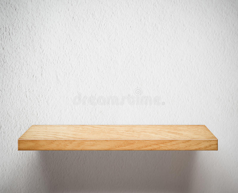 Опорожните деревянные полку или книжные полки на белой стене стоковая фотография rf