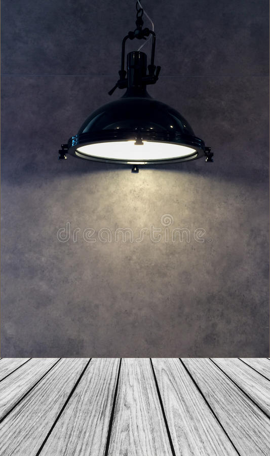 Опорожните деревянную платформу перспективы с тенью лампы от современной черной смертной казни через повешение лампы металла на с стоковые изображения