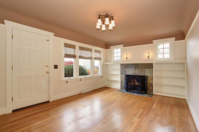 Опорожните интерьер живущей комнаты с потолком mocha и кройте камин черепицей отделки стоковая фотография